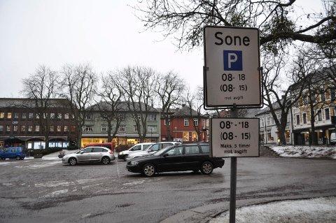 Må BETALE: Når den nye parkeringsforskriften kom 1. januar, ble det skiltet om i byen. Nå får elbiler fritaket tilbake. Dette trer i kraft så fort nye skilt har kommet på plass.