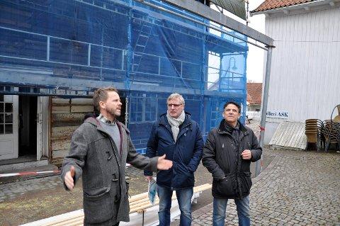 SOMMERPLANER: Raadhuset står under full rehabilitering, men Torgeir Lorentzen, Hans Knudsen og Attilio Goffredo er likevel klar for en ny sommer i rådhuskvartalet.