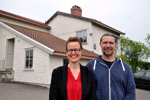 VENTELISTE: Rektor Sissel Sandaker og lærer Roar Sivertsen kan ønske en helt ny elevgruppe velkommen til skolestart i august.