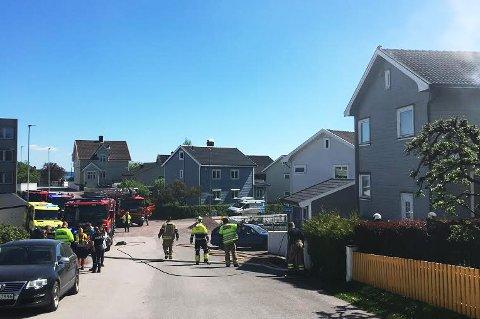 TRE BRANNSTASJONER: Brannvesenet ved både Nøtterøy, Kopstad og Tønsberg stasjoner rykket ut til boligbrannen mandag.
