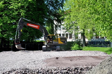 STØYER: I Lystlunden har Veidekke begynt grunnarbeidene på den nye videregående skolen.