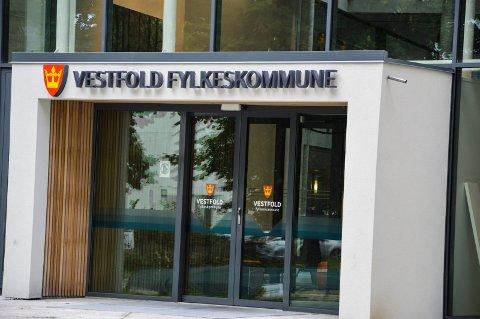 FYLKESHUSET: Det gjelder å gå foran med et godt eksempel, for å gjøre Vestfold til enda grønnere fylket. Det mener politikere og amdinistrasjon i fylkeskommunen.