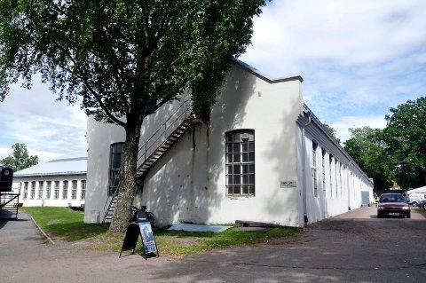 MIDT I SMØRØYET: Forsvarsbygg tar seg av alt utvendig vedlikehold av bygningen som ligger vendt mot Preus museum.