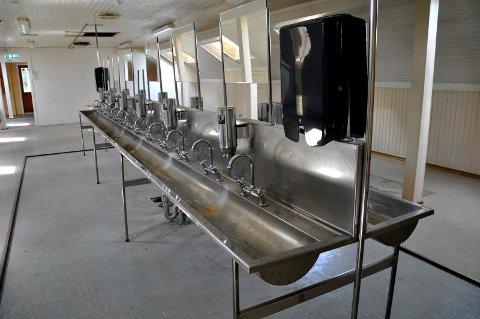 VASKA SEG: Hva kan denne lange vasken med 12 kraner brukes til?