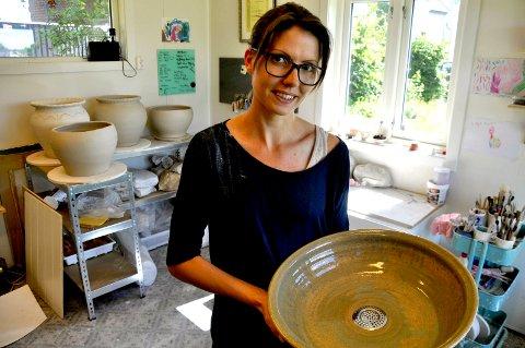 TUNG LEIRE: Ingrid blir støl av å dreie de store vaskene hun skal levere til en restaurant i Oslo.