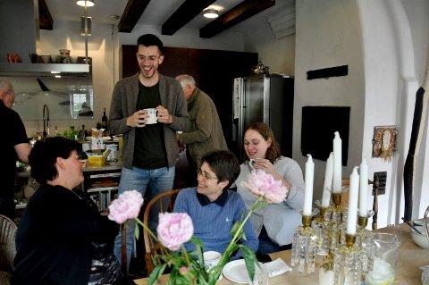 GOD STEMNING: Alle samles hjemme hos Vibeke Holm-Johnsen og Jan Kolstad til frokost.