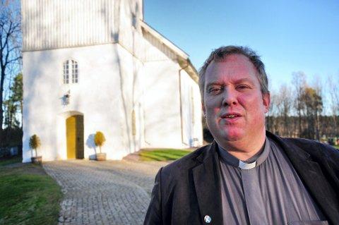 VIL STÅ I DET: Sogneprest Carl-Ove Fæster, her utenfor Nykirke kirke, mener prestenes erfaring med mennesker i sorg gjør det egnet til å komme med dødsbudskap.
