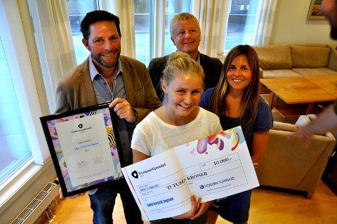 DIPLOM OG SJEKK: Drømmestipendvinner Sigrid Karlsvik Dugstad (18) har et ønske om å leve av dansen. Stipendet er en dytt videre. Kulturskolerektor Øystein Sandtrø, ordfører Are Karlsen og enhetsleder kultur Silje Vaadal hyller vinneren.
