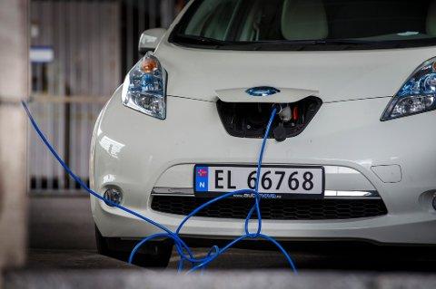 Det er unge voksne mellom 30 og 44 år som er mest positive til å anskaffe seg elbil.