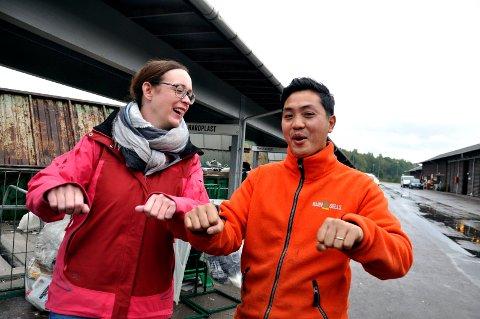 RO-RO TIL SKOPPUM: Kaja E. Ross Lind og Tien Chi Nguyen oppfordrer båtfolket til å levere inn gamle båter til gjenvinning nå.