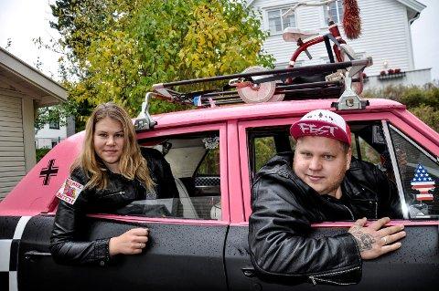 RAGGERBIL: Charlotte Engelstad og Christian Lund har bil som felles interesse. I hele sommer har de malt, sprayet og dullet med sin rosa doning.