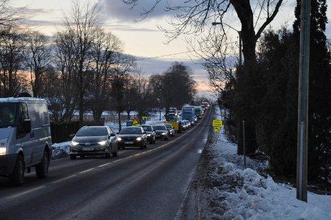 KØ: Bilkøen på Borreveien har tidvis strukket seg fra rundkjøringen på Borre og langt innover mot byen.