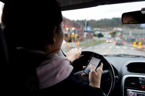 DU FÅR BOT: Du risikerer å få forelegg om du taster på rødt lys, akkurat som om du bruker mobilen når bilen er i fart.