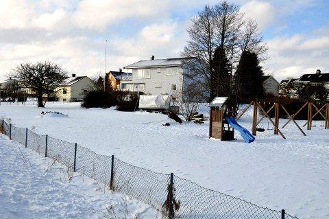 I FJORDVEIEN: Kjeldsberg ønsker å bygge to tomannsboliger på lekeplassen naboene hevder tilhører fellesskapet.