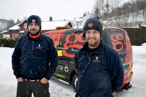 LANG VINTER: Josef Shlymon og Jostein Rogne i Viking Bilberging har hatt nok å gjøre i vinter. De erfarer at mange nordmenn har glemt at også batteriet må få påfyll.
