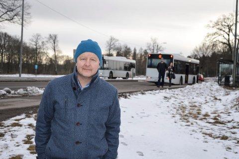 KAN BEDRES: Are Karlsen synes de faste rutene mellom blant annet Tønsberg og Horten, via høyskolen, er et godt kollektivtilbud. Men offentlig transport mellom jernbanestasjonen på Skoppum og høyskolen kan bli bedre.