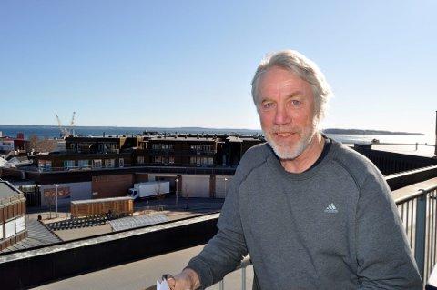 TAR VANNPRØVER: Serniorrådgiver Tore Rolf Lund tar jevnlig vannprøver av Borrevannet for sjekke tilstanden. Med varme sommerdager kan det bli oppblomstring av giftige bakterier.