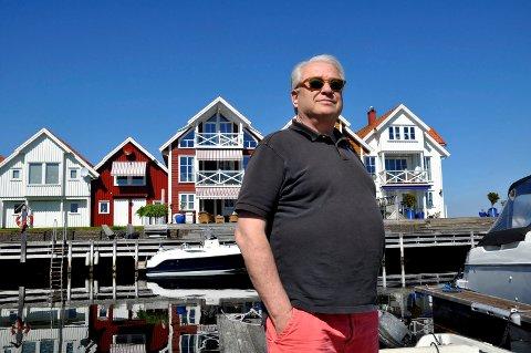 IKKE TEMA: Tor Rød-Larsen kan ikke tenke seg å bo et annet sted enn i sitt røde hus i Strandparken. En eventuell havnivåstigning vil ikke skje i hans tid, mener han.