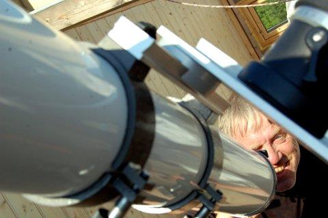 KIKKERT: Tore Rolf Lund er over gjennomsnittet interessert i alt som skjer der ute i verdensrommet.