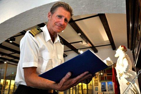 HILSEN ØSTFOLD: Hans Petter Oset, sjef for Marinemuseet, blar i gjesteboka som viser at østfoldingene, og da spesielt skolene, tar turen over fjorden.