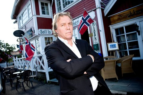 STILLE SOMMER: Kafegjestene til Martin Pedersen har fått avslag på regningen, om de legger pengene på disken. Det var ingen suksess.