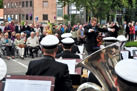 UTENDØRS: Fra tid til annen holder Marinemusikken konserter på torget i Horten. Denne var ikke helt planlagt, men kom i stand da et annet oppdrag ble avlyst.