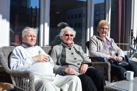 PÅSKEKOS: Ernst Lofstad fra Norsk Folkehjelp, Reidun og Solveig er blant de som feirer påske på Horten Aktivitetssenter.