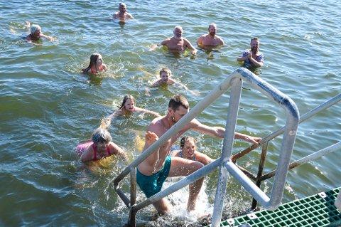 20 MINUTTER: Den som ble stående lengst i vannet ble stående hele 20 minutter.