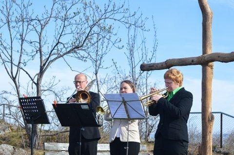 MUSIKK OG SANG: hører også med på Påskemorgen på byens tak.
