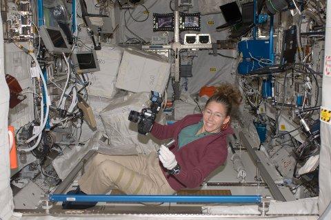 OPPGRADERES: Amerikanske Sandra Magnus har tidligere klart seg med det som var i Columbus-laboratoriet, men nå skal ISS oppgraderes med bredband.