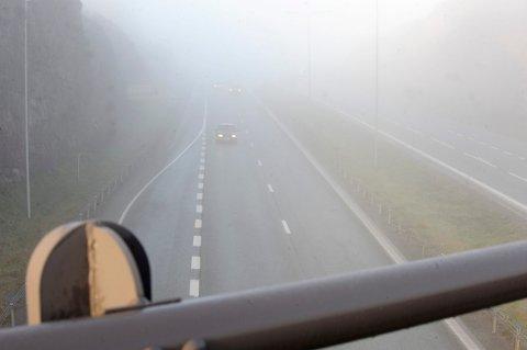 GLATTE PARTIER: Enkelte steder kan tåka legge seg som is på veibanen. Da gjelder det å være obs.