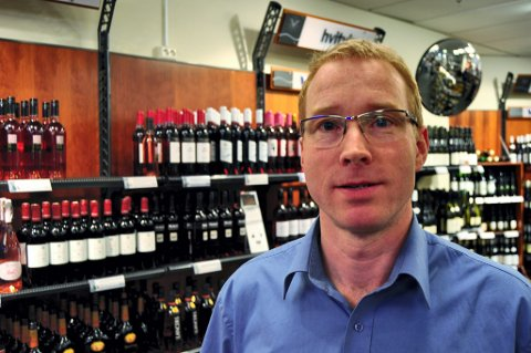 POPULÆRE VARER: Siden Vinmonopolet i Horten har et større sortiment, er det ikke så rart at det selges en del mer av de mest kjente og populære merkene i Åsgårdstrand, mener butikksjef i Vinmonopolet i Åsgårdstrand, Erik Sandum.
