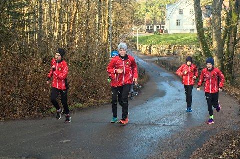 Friidrettsgruppa til Gjesdal IL deltok på Sørnorsk mesterskap i Kristiansand. Her er noen av utøverne på joggetur.