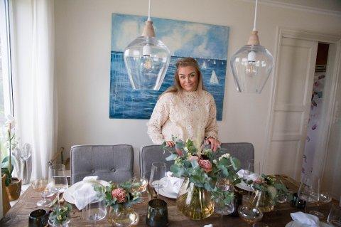 Marie (28) kan når som helst finne på å dekke bordet til storfest bare for moro. Hobbyen har ført til et godt samarbeid med Magnor glassverk.
