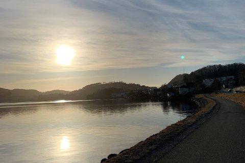 Sol langs Edlandsvatnet søndag ettermiddag.