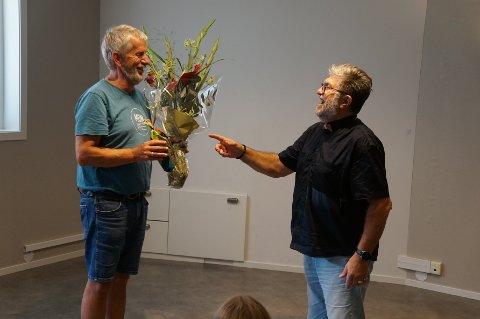 Jan Frode Bollestad (t.h.) overrekker blomst til Kjell Svela for sine 50 år som leder i Junioren.