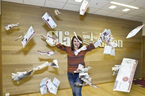 Mange svar: Det regner hundrevis av svar over Heidi S. Løken fra markedsavdelingen og hun klarte å få fatt i tre vinnere for den første uken med nissejakten i Glåmdalen. Foto: Kjell R. Hermansen