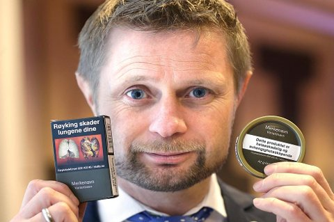 AVSKREKKE: Helseminister Bent Høie vil at røykpakker og snusbokser skal se slik ut når du handler varene i butikken.