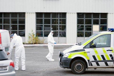 ÅSTEDET: Politiets etterforskning på åstedet etter drapet i fjor. (Foto: Jo Espen Brenden)