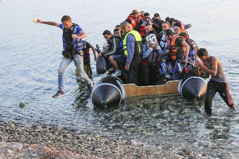 FØRSTEMANN I LAND: fra båten med 55 av over 4.000 flyktninger som ankom Lesbos søndag. Så venter kampen for ferden videre. (Foto: Yngve Olsen Sæbbe, Nordlys)