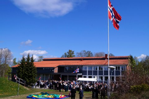 SYMBOLSK MARKERING: I ettermiddag slås det ring rundt Slåstad skole (bildet) og grendeskolene på Disenå og i Ullern.