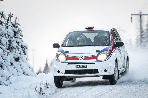 GOD FART: Til tross for bremseproblemer og lite lyst til å vrake deres nye Renault Twingo R2, tok Lars Martin og Mads Ola Stensbøl det pent flere steder – ifølge dem selv. Likevel viste klokka at de var beste tohjulstrekker i internasjonale klasser, og en 12. plass totalt gir dem også rett til å starte lengre foran i feltet under Rally Finnskog.