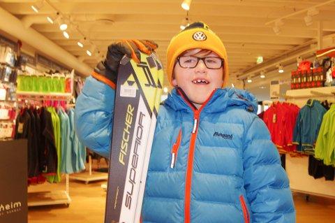 NYTT UTSTYR: Tinius Lia (7) skal stå på ski i vinterferien og har anskaffet seg nytt utstyr.