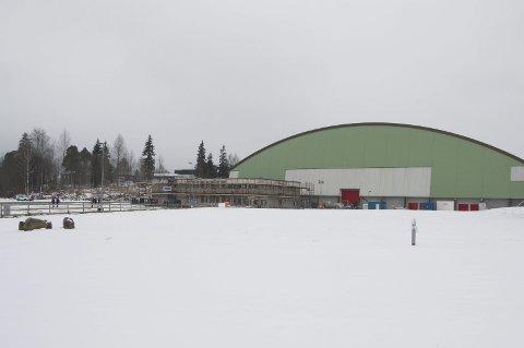NY HÅNDBALLHALL: I dette området – på denne siden av gjerdet til venstre midt i bildet – nordøst for storhallen i Kongsvinger sentrum ønsker KB Eiendom å bygge en ny håndballhall. FOTO: PER HÅKON PETTERSEN