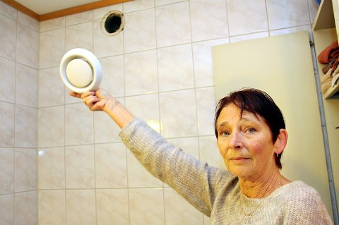 VOLDSOMT TRYKK: – Det må ha vært et voldsomt trykk. Fragmenter fra ventilasjonssjakta har formelig sprutet ut over badet mitt, sier Britt Blakset, som bor to etasjer under den brannherjede leiligheten i Svalevegen.