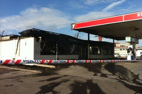 BRANT: Esso-stasjonen på Flisa ble totalskadet i en brann i juli 2013. Politiet mente brannen var påsatt og siktet Roger Sandberg for ildspåsettelse. Saken ble henlagt på bevisets stilling i juli 2014.