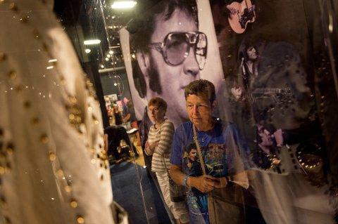 Laurie Thompson til høyre og Jody Ancona har kommet til Memphis for å hylle rock 'n'-roll-kongen Elvis Presley på 40 årsdagens for hans død 16. august 1977. Foto: AP/NTB scanpix.