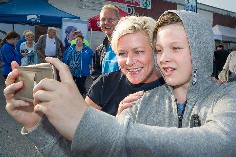 SELFIE: Mats Trøhaugen fra Gardvik i Nord-Odal tar en selfie sammen med finansminister Siv Jensen under Brufesten på Skarnes.