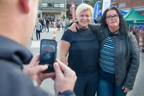 FOTOGRAFERING: Anita Kristiansen var ikke den eneste som lot seg fotografere sammen med Siv Jensen under hennes besøk på Skarnes fredag kveld.