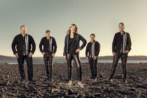 Contrazt: Åsnesbandet besørger dansemusikken på samfunnshuset. Bandet har etter hvert blitt et av landets mest populære band og turnerer over hele landet.